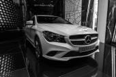 Vzorkovna. Kompaktní výkonný vůz Mercedes-Benz Cla200. Černá a bílá. Vyrábí se od roku 2013. — Stock fotografie