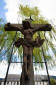 The Crucifixion with the Savior in the courtyard of the Church of St. Elizabeth. — Stock Photo