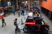 Vintage car in the exhibition hall — 图库照片