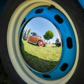 Reflections of an old car in the decorative wheel covers — Stock Photo