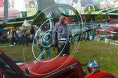 小木屋的老爷车帕卡德超级八次。透过玻璃的视图. — 图库照片