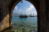 Resort di intrattenimento tradizionale di Alanya. A vela aka pirata navi intorno alla Fortezza di Alanya — Foto Stock