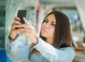 Young woman making selfie. — Foto de Stock