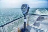 Ufuktan gemi güvertesinde izliyor dürbün — Stok fotoğraf