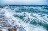 Paesaggio marino con le onde e la spiaggia di sabbia — Foto de Stock