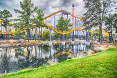 Paseos en montaña rusa en un parque de diversiones — Foto de Stock