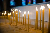 Candles in the Catholic Church, shallow depth of field — Stock Photo