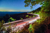 Linn cove viaduct in blue ridge mountains at night — Stock Photo