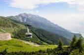 A cablaway  in summer mountains — 图库照片