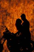 Silhouette couple kiss on motorcycle fire — Foto Stock