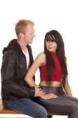 Man in zwarte jas vrouw rood boven elkaar zitten — Stockfoto