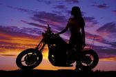 силуэт женщины, поддерживающей мотоцикл ожидание — Стоковое фото
