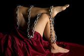 金属チェーンを保持している女性の足 — ストック写真