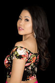азиатская женщина на черном фоне — Стоковое фото