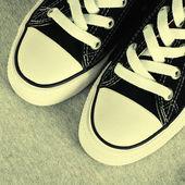 Baskets toile noire sur fond gris textile — Photo