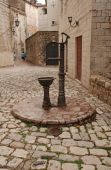 Vintage water well in a medieval town in Kotor — Foto Stock