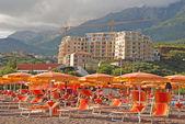 Playa mediterránea y la construcción de apartamento moderno con vistas al mar — Foto de Stock