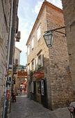 узкая улочка в старом центре города будва в будва, черногория. — Стоковое фото