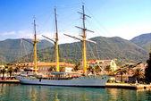 Voile de bateau à l'embarcadère à tivat, Monténégro. — Photo