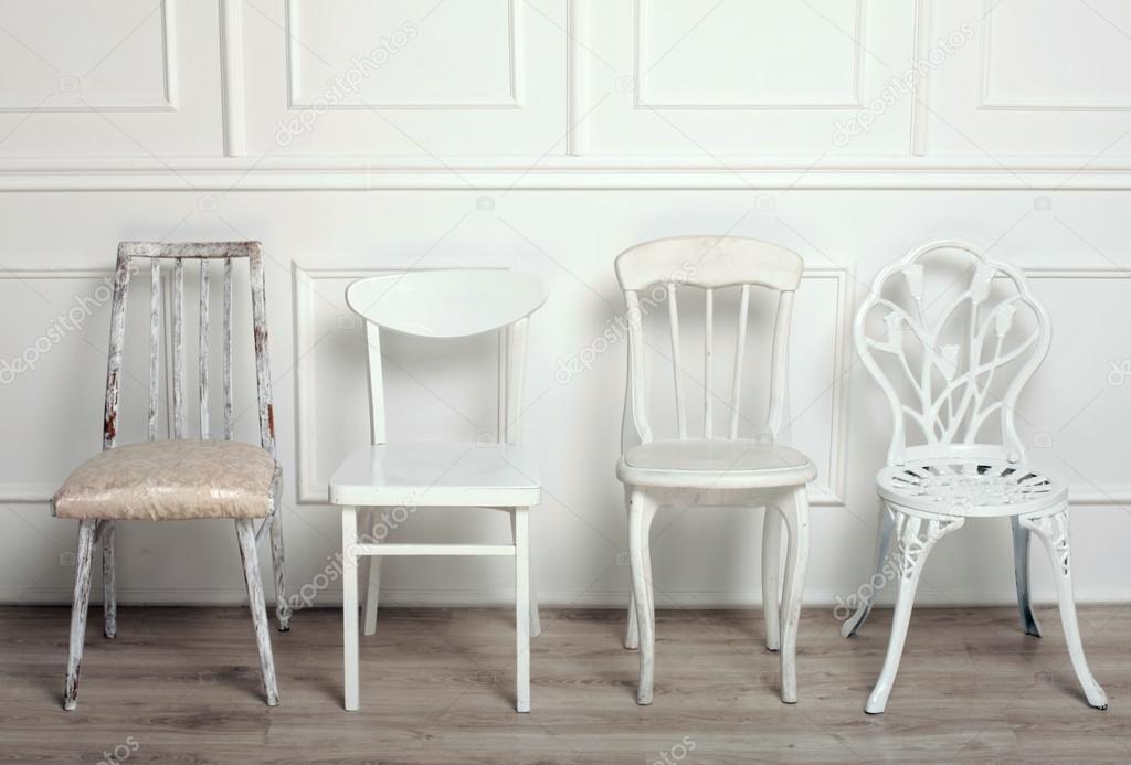 conjunto de sillas vintage de madera blancas foto de