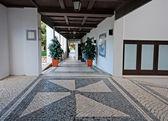 Beautiful cobblestone patio in summer resort (Portugal) — Stock Photo