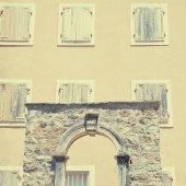 Old house and windows with shutters(Budva, Montenegro) — Stock Photo