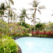 Pool with tropical plants in summer resort (Bali, Indonesia) — Stock Photo