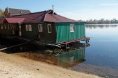 little green house on the bank of the Dnieper river, Kiev — Stock Photo