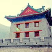 Pagode chinês e bandeiras na grande muralha (pequim, china) — Fotografia Stock