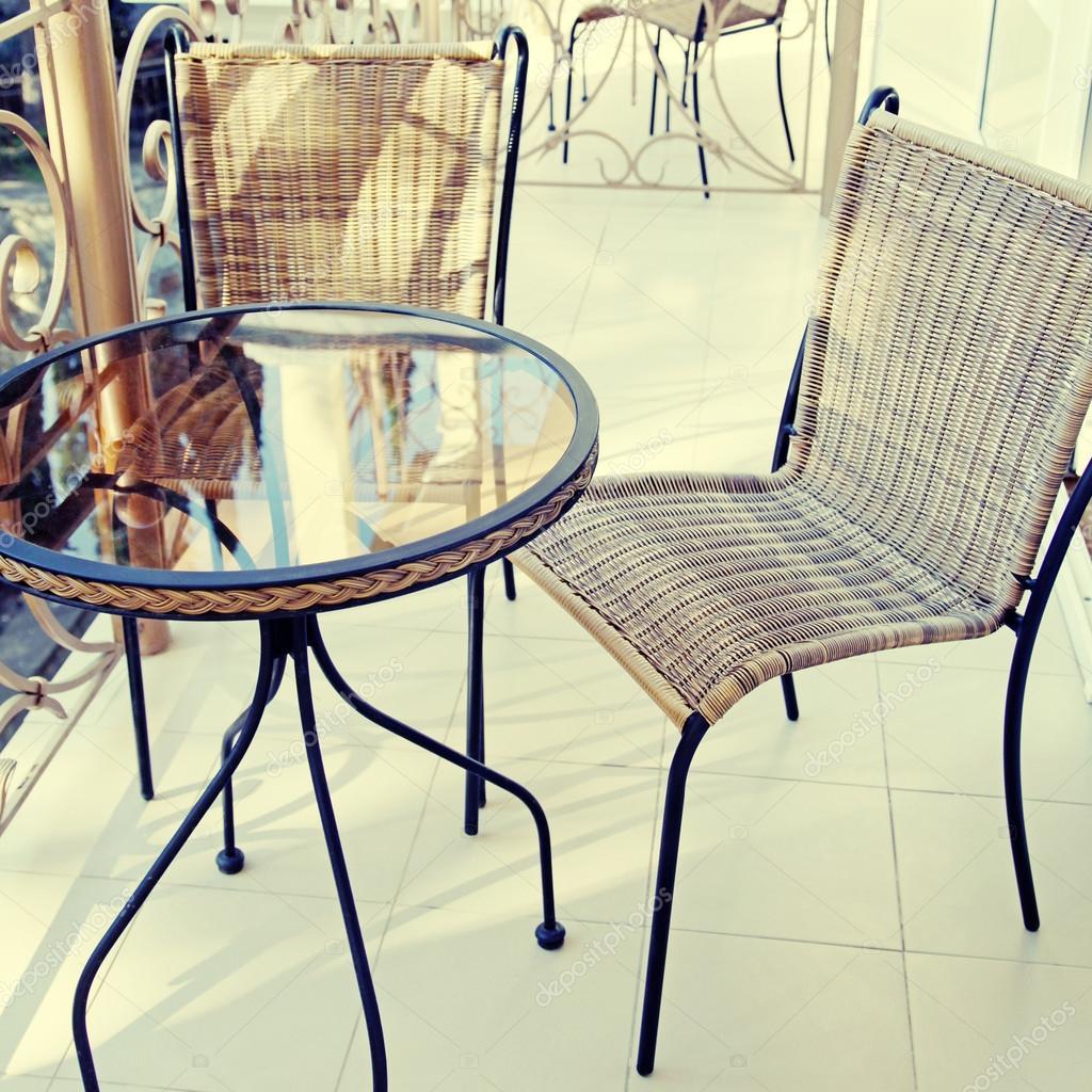 Столик и стул на балконе..