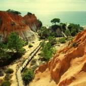 Rote klippen, kiefer und holztreppe (algarve, portugal) — Stockfoto