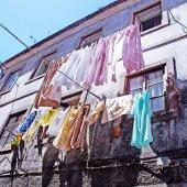 Pościel jest suszona w starym Portugalia — Zdjęcie stockowe