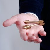 Businessman with a key in his hand — Stockfoto