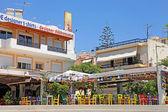 Outdoor cafe met kleurrijke stoelen, Griekenland — Stockfoto