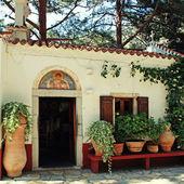 Schöne kleine griechische kapelle mit blumentöpfe (kreta, griechenland) — Stockfoto