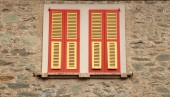 Typical old red shutter windows in stone house, Italy. — Foto de Stock
