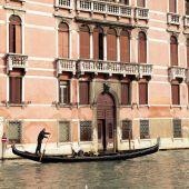 Gondolier rides gondola on the Grand Canal, Venice — Foto de Stock
