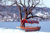 Traditional Slovenian boat and church on Lake Bled, Slovenia — Stock Photo