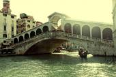 Rialto bridge with tourists and boats on Grand Canal, Venice, It — Stock Photo
