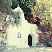 Blanca pequeña la iglesia ortodoxa griega — Foto de Stock