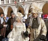 Masked persons in costume on San Marco Square, Venice, Italy. — Stock Photo