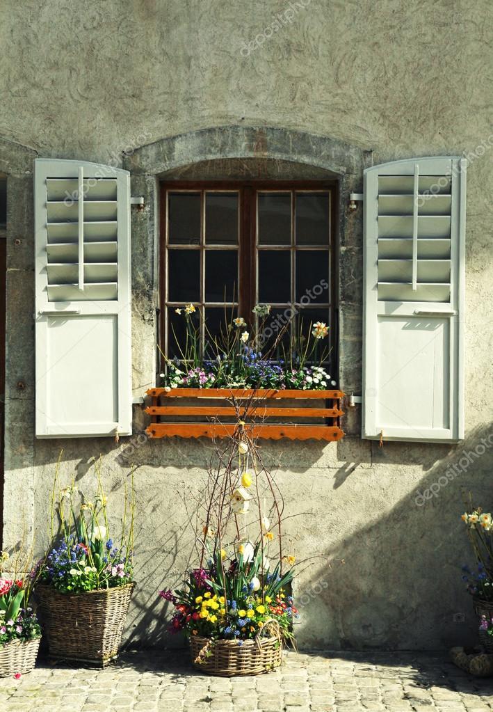 Ventana r stica con persianas de madera y macetas en casa - Casa rural de madera ...