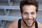 Chiudere la faccia di un giovane uomo allegro — Foto Stock