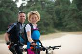 Cheerful couple relaxing outdoors with bikes — Stock Photo