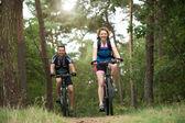 Happy couple enjoying a bike ride outdoors — Foto Stock