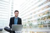 Smiling man using laptop computer  — Stockfoto