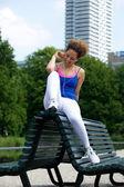 音楽を聴く若い黒人女性 — ストック写真