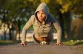 Piękne kobiece lekkoatletka ćwiczenia na zewnątrz — Zdjęcie stockowe