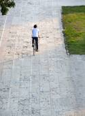 Rear view portrait of a young man cycling — Stockfoto