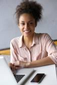 Молодая афроамериканская женщина, работающая над ноутбуком — Стоковое фото